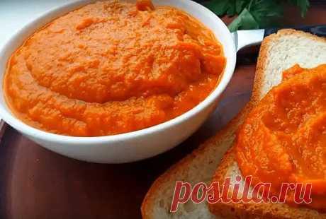 """Икра кабачковая очень вкусная! (без майонеза) Вкус детства!  Ингредиенты: 3 кг очищенных кабачков,  2 кг помидор  По 1 кг луки и моркови   Кабачки и лук режем произвольно,морковь на терке(я на комбайне,быстро и удобно  А вот помидорки я ошпариваю кипятком и снимаю кожицу, ну не люблю я """"спиральки"""" из томатной кожицы в икре.  Помидоры не жарим,а превращаем в пюре с помощью блендера(или кух.комбайна)  А вот лук ,кабачки и морковь обжариваем до мягкости (прозрачности)  После ..."""