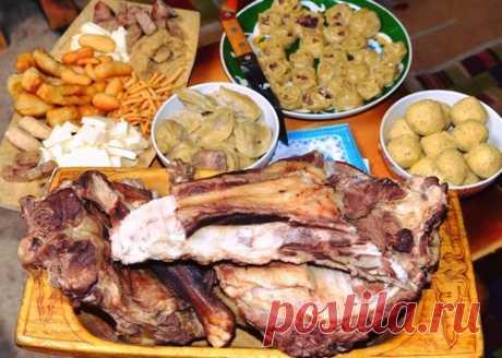 12 интересных блюд тувинской национальной кухни Тувинская кухня сформировалась благодаря влиянию природных факторов этой степной республики. Она очень близка к монгольской кухне, ведь долгие годы южная граница России с Монголией была очень условной.