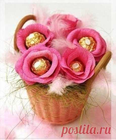Розы из гофрированной бумаги и конфет — Поделки с детьми
