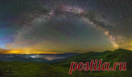 Панорама Млечного пути с вершины горы Жандарм. Карпаты, Украина. Автор фото – Никита Харланов: nat-geo.ru/photo/user/120201/ Спокойной ночи.