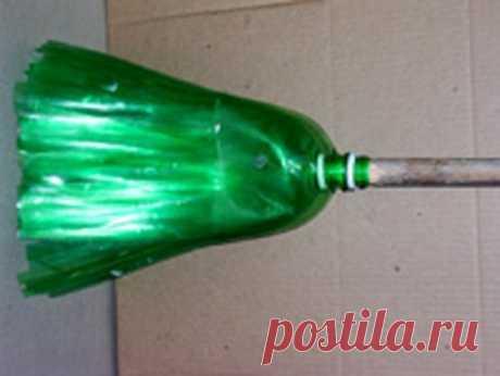 ДЕЛАЕМ МЕТЕЛКУ ИЗ ПЛАСТИКОВЫХ БУТЫЛОК Чтобы сделать веник из пластиковых бутылок нам понадобятся: ПЭТ бутылки (2л.) — 6 шт. Нож Ножницы Шило Молоток Гвозди — 2 шт. Проволока Деревянная палка Ножом отрезаем дно бутылок, для …