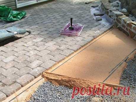 Укладываем тротуарную плитку самостоятельно.  Если укладка садовых дорожек не представляет особого труда, то к мощению двора нужно подойти ответственнее. Площадь большая, нагрузки в виде автомобилей приходятся немалые, а выглядеть покрытие должно красиво и аккуратно. Самый разумный выбор в таком случае – тротуарная плитка. В отличие от бетона, работу можно проводить поэтапно, сама плитка довольно прочная и легко ремонтируется при необходимости.  Материалы и инструменты Тол...