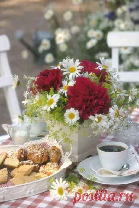 ВЕСЕННЕЕ НАСТРОЕНИЕ ... Весна пришла! И сердце бьётся, Весна любовью отзовётся... И постучит к Вам тихо в дверь!.... Мир, полный сказочных цветов И с дивным шорохом ветров, Мир, с чудной трелью соловья И песней чистого ручья, Хрустальный звон лесной капели... Примите в этот день весенний!