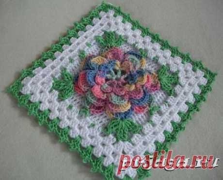 Квадратный мотив крючком с объемным цветком