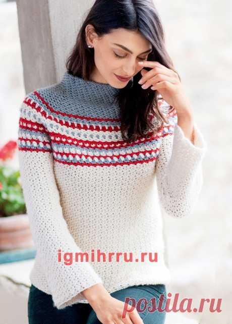 Белый пуловер с цветной кокеткой и воротником-стойкой. Вязание крючком со схемами и описанием