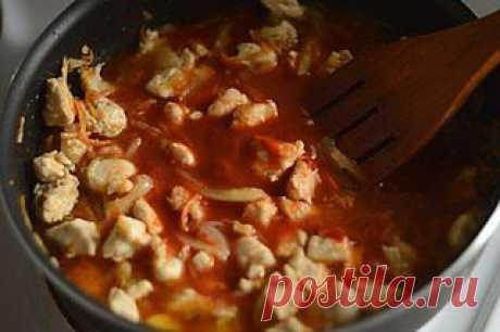 Гуляш из курицы Источник  Кулинар'и'Я   Гуляш из курицы просто великолепен если вы отдаете предпочтение диетическим рецептам.  Ингредиенты:  ●500 грамм куриного филе;  ●1 большая луковица;  ●1 болгарский перчик;  ●1 морковь;  ●2 ст. ложки томатной пасты;  ●2 чайные ложки кетчупа;  ●растительное масло для жарки;  ●перец, приправа для шашлыка.