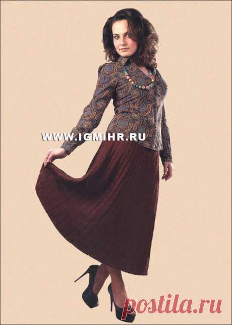 Длинная плиссированная юбка коричневого цвета. Спицы