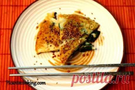 Корейські млинці з зеленою цибулею (Pa jun) Страва яка змітається з тарілок за лічені хвилини. Піджарені корейські млинці з зеленою цибулею і гострим соусом.
