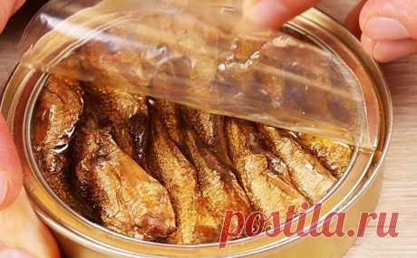 Салат и гениальная закуска в одном блюде: убираем из огурца середину и наполняем шпротами