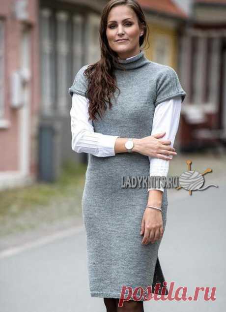 Вязаное спицами приталенное женское платье до колена
