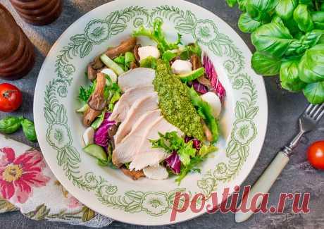 Салат с курицей и вешенками с заправкой песто на Вкусном Блоге А вот и еще один #дежурныйсалат из моего инстаграма. С моими любимыми в последнее время вешенками, приготовленными с соевым соусом. Грибы в этом салате отлично дополняются запеченной куриной грудкой и классическим соусом песто (который вы, кстати, вполне можете приготовить не из чистого базилика, а из его смеси с другими травами…