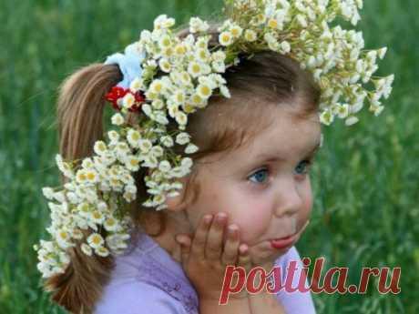 Я сегодня проснулась с зарею, По траве пробежалась босою, Нарвала цветов полевых, Заглянула к дубам вековым… Из цветов я сплела венок...