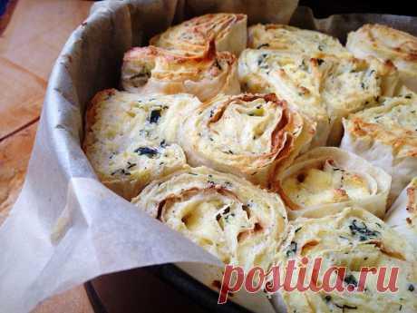 Слоёный пирог из лаваша с творогом, сыром и зеленью.