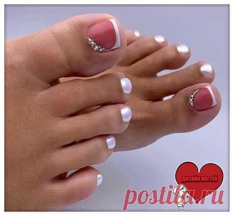 Педикюр на аккуратные ноготки с дизайном на большом пальце. В качестве покрытия используется втирочка. #педикюр #ногти2019 #красивыйпедикюр