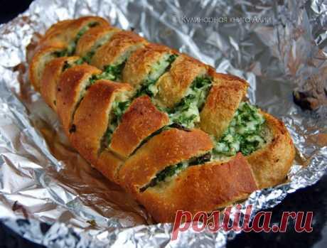La barra de pan con el queso y el ajo. El autor: Aliya