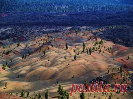 Джеймс и Келли Стоун засняли эти потрясающие дюны в национальном парке Лассен-Волканик, что находится в центральной части Северной Калифорнии. «Вы можете видеть как цвет дюн поменялся в результате вулканической активности. Это выглядит потрясающе красиво, будто сам Бог решил побыть художником и нарисовал это место».