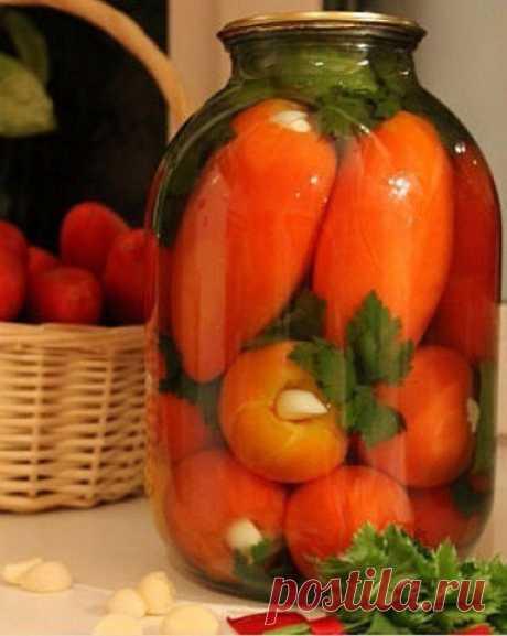 Помидоры «УМ ОТЪЕШЬ» вкуснейший рецепт!  Способ приготовления: У помидоров вырезаем плодонжку и вставляем по зубчику чеснока. Укладываем их в банку, прослаивая веточками сельдерея, петрушки, дольками болгарского перца.  Добавляем 0,5 среднего стручка горького перца и заливаем кипятком на 20 минут. Воду сливаем, добавляем на 1 литр — 1 ст. л с горкой соли и 4 ст.л с горкой сахара, 50 мл. 9 % уксуса доводим до кипения, заливаем банки и закручиваем. Специи не добавляем вообще!