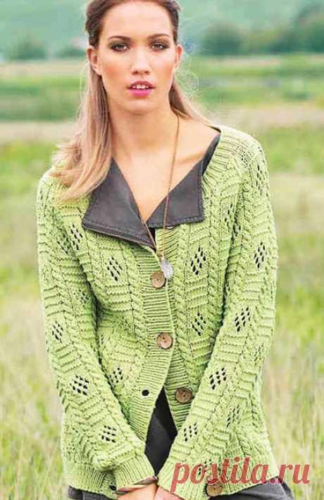 Удлиненный кардиган светло-зеленого цвета винтажным узором спицами – схема вязания и подробное описание