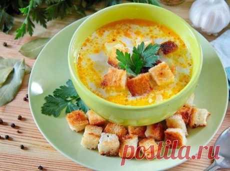 Суп с курицей, рисом и плавленым сыром Ингредиенты: Курица — 200 г  Картофель — 3–4 шт.  Рис — 80 г  Морковь — 1 шт.  Лук — 1 шт.  Сыр плавленый — 200 г  Хлеб — 4 ломтика  Вода — 1,5 литра  Соль — по вкусу  Растительное масло — по вкусу Приготовление: 1.Подготовьте все необходимые ингредиенты.  2. Налейте в кастрюлю воду, добавьте курицу и соль по вкусу. Варите курицу после закипания около 30 минут. После чего готовое мясо выньте, бульон процедите и верните обратно в кастрюлю.  3. Доведите бу