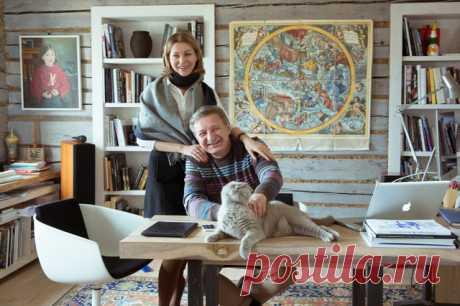 В этой усадьбе сосуществуют русская изба-пятистенка, скандинавский дизайн и изящные искусства — от античной пластики до живописи Хвостова А живут здесь Гридчины, кот Семен и неумолкающие канарейки #petzz