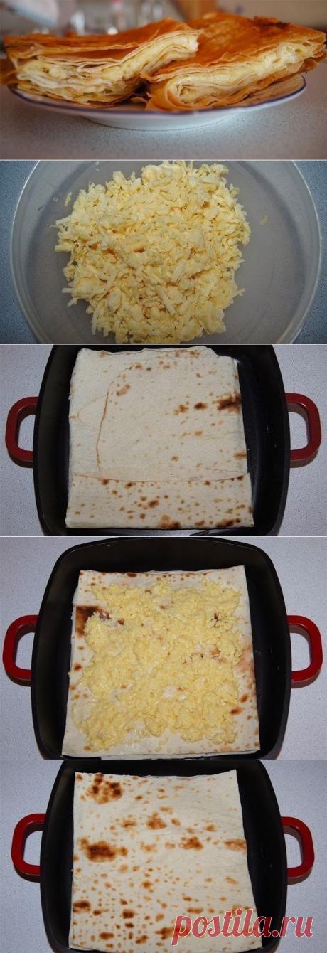 Сырный пирог из армянского лаваша  =упаковка армянского лаваша – 1 яйцо – 70 мл молока – 500 г сыра, подойдет обычный российский сыр