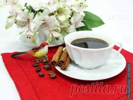 :) Ах, чашка кофе поутру! Ну, разве кто-нибудь не знает, Как люба сонному нутру Она, горячая, бывает? . Что может так растормошить, Так мило день подать грядущий, Заставив бодро заспешить Хлеб зарабатывать насущный? . Не выпьешь кофе – день пропал. Ты на работе вял и нежен. Случись какой-нибудь аврал – Втык от начальства неизбежен. . А выпьешь – все кругом цветёт, Душа вальсирует, порхая, Пока какой-нибудь урод Не станет на ногу в трамвае.