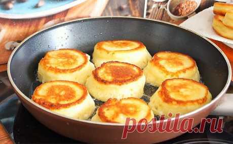 Заменяем сырники творожными оладьями-пончиками. Выдавливаем на сковороду через пакет Вкусные, но уже несколько приевшиеся сырники можно заменить на более нежные и воздушные творожные оладьи-пончики. Такой завтрак готовится всего около 15 минут: просто выдавливаем заготовки на...
