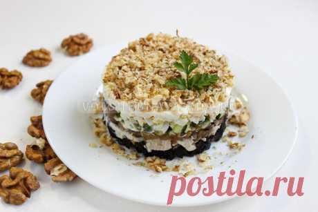 Салат с курицей, грибами, черносливом и грецкими орехами Самый вкусный слоеный салат! Ваши гости будут просить у вас рецепт.