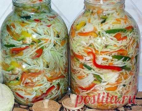 """ОСЕННИЙ САЛАТ НА ЗИМУ """"ОТЛИЧНЫЙ""""  ИНГРЕДИЕНТЫ: 1 кг огурцов 2,5 кг помидор 1, 5 кг перца 1 кг морковки 2 кг капусты 1 кг лука 4 ст. л. соли 5 ст. л. уксуса 1 пучок петрушки 700 гр растительного масла 1 стакан сахара  РЕЦЕПТ ПРИГОТОВЛЕНИЯ: Морковь очистить и натереть на терке. Огурцы помыть и нарезать. Я измельчила все на комбайне. Капусту нашинковать. Лук нарезаем тонкими полукольцами, я его тоже измельчила на комбайне. Болгарский перец очищаем и режем соломкой. Помидоры н..."""