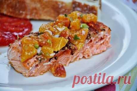 РЫБА ПО-АРАБСКИ В МИКРОВОЛНОВКЕ- это очень интересный и простой рецепт.  Он гарантированно удивляет тех, кто пробует блюдо впервые.  И он чемпион по неожиданным сочетаниям вкусов! Этот рецепт содержит в себе совершенно удивительное сочетание вкусов красной рыбы и апельсинов.