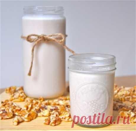 Ореховое молоко. Ореховое молоко отлично может заменять любое натуральное молоко  во время поста. Для его приготовления понадобится всего лишь  три ингредиента - орехи, вода и сахар.