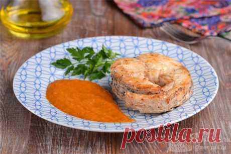 Жареная щука с луковым соусом.  Готовим вкуснейшую жареную щуку на сковороде. После жарки рыбы готовим ароматный соус из лука, кетчупа с добавлением муки и сладкой паприки. Чтобы луковый соус стал нежным, измельчаем его погружным блендером.