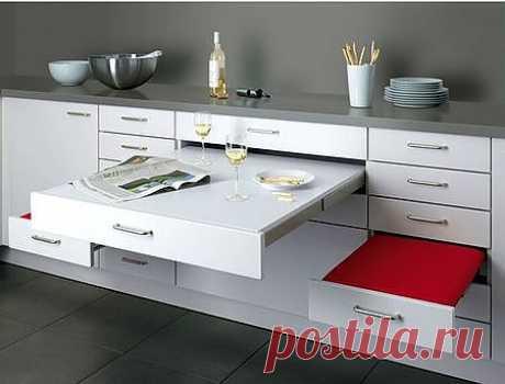 Обеденный стол скрытый в фасадах кухни