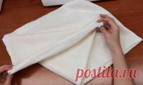 Как сшить чехол на подушку с молнией Добрый день.Не заменимая постельная деталь - это чехол с молнией на подушку.Применяется он для защиты наперника.Сшить его очень легко и просто.Ткань сложенна...