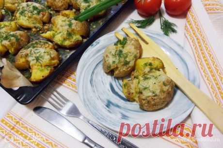 Мятая картошка в духовке. Ингредиенты: картофель, сыр, сливочное масло