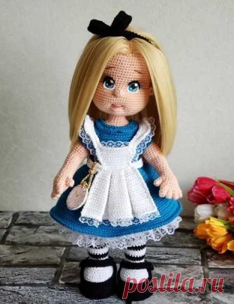 Алиса. Вязаная игрушка крючком. #алиса #Вязанаяигрушка #Вязанаякукла #кукла. #вязание. #вязанаяжизнь. #вязанаяалиса #амигурумиигрушка. #амигурумикукла.  #амигурумиалиса #вашиработы #ВЖ_хвастики #ВЖ_крючок #ВЖ_куколки