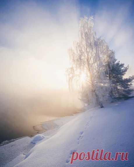 Если хочешь понять человека, То не слушай, что он говорит... Притворись дождем или снегом И послушай, как он молчит... Как вздыхает и смотрит мимо? Узрѣть цѣликомъ..