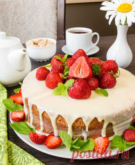 Cake with scalded chocolate cream and strawberry