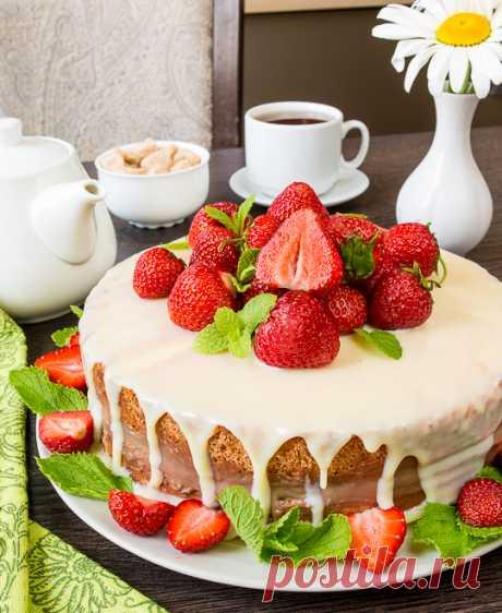 La torta con la crema cocida de chocolate y la fresa