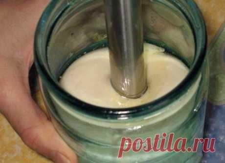 Правильный домашний майонез · Из чего готовить:  Одно яйцо  250 мл растительного масла  1 ч.л. сахара  0,3 ч.л. соли  1 ст.л. сока лимона  Специи – по желанию  · Как готовить:  В емкость, в которой планируем майонез, наливаем растительное масло (майонез будет густой и липкий, лучше сразу готовить его в емкости, в которой планируете хранить). Добавляем в емкость соль и сахар. Сок лимона процеживаем от косточек и мякоти, переливаем в емкость. Перекладываем в банку яйцо с цел...