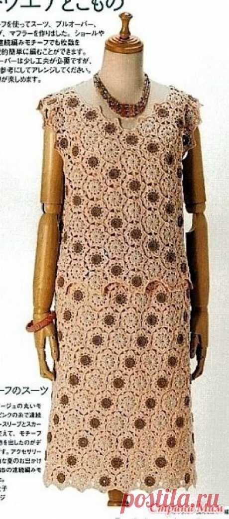 . Коричнего-бежевый костюм из мотивов. Этот летний костюм из топа и юбки связан из цветочных мотивов способом безотрывным вязанием. Оригинально смотрится обыгранный цвет мотиво другого цвета расположенными по диагонали.
