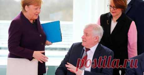 Министр отказался жать руку Меркель Глава МВДГермании Хорст Зеехофер нестал пожимать руку канцлеру Ангеле Меркель вовремя встречи 2марта. Обэтом сообщает Bild.