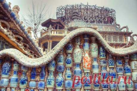 Дом из фарфора в Тяньцзине Фарфоровый дом — новая достопримечательность китайского города Тяньцзин. Проживающий там Чжан Лянжи (он же бизнесмен и дизайнер) таким образом представил миру свою огромную коллекцию фарфоровых изделий.
