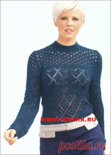 Темно-синий пуловер с комбинацией узоров. Спицы