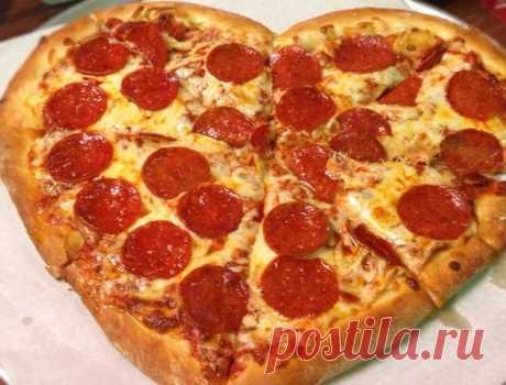 Пицца — это лепешка из теста с разнообразной сложной начинкой. Это известное традиционное итальянское блюдо в виде тонкой лепешки с запеченными над ней под соусом кусочками мяса, овощей, сыра. В общем очень похожа на открытый пирожок.
