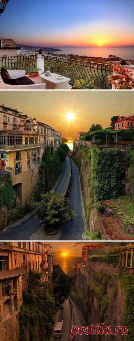 """El ocaso del sol sobre Sorrento. El tiempo, cuando la ciudad """"расцветает"""" en toda la belleza. Italia"""