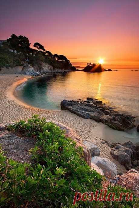 Un de los mejores lugares pintorescos de España. Cataluña, Kosta Es valiente