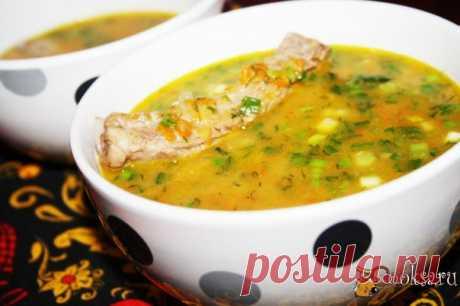 Гороховый суп со свиными ребрышками - бархатистое, очень сытное, насыщенное, ароматное и вкусное первое блюдо для семейного обеда, особенно в морозную зимнюю погоду. Варить суп нужно довольно долго, колотый горох должен очень хорошо развариться и придать супу густоту.