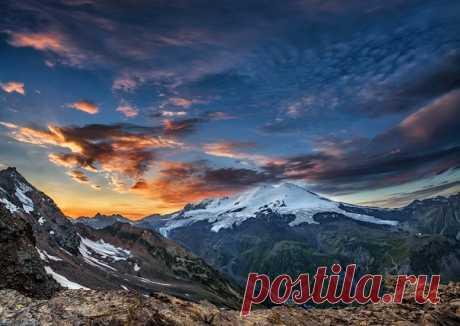 Эльбрус на закате. Автор фото – Александр Хорошилов: nat-geo.ru/photo/user/294605/