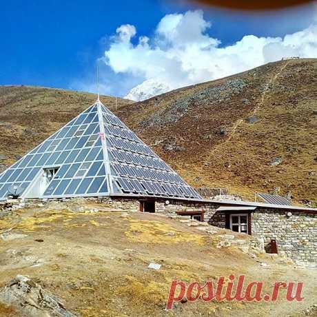 Итальянский научный центр Пирамида на высоте 4970 метров. #гималаи,#центр,#пирамида,#горы,#непал,#путешествия.